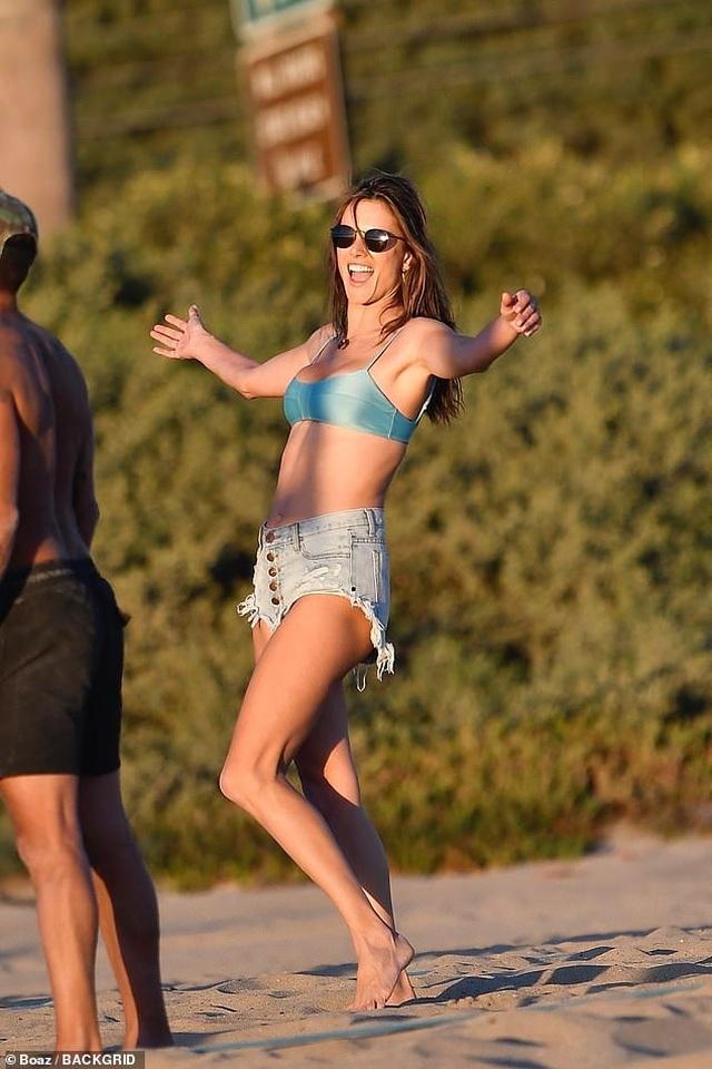 Alessandra Ambrosio khoe ngực căng đầy trên bãi biển - 4