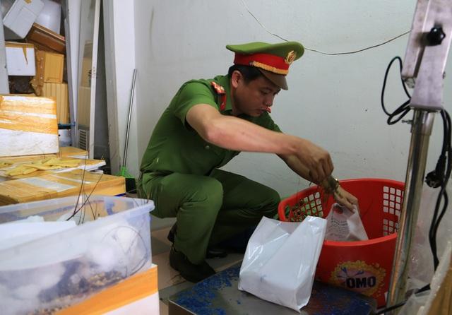 Đà Nẵng: Phát hiện cơ sở kinh doanh hải sản bán tôm hùng bơm tạp chất - 2