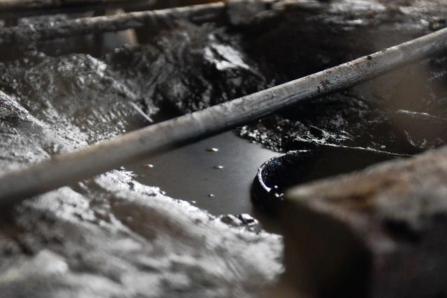 Cận cảnh kho chứa dầu thải của công ty gốm sứ Thanh Hà - 6
