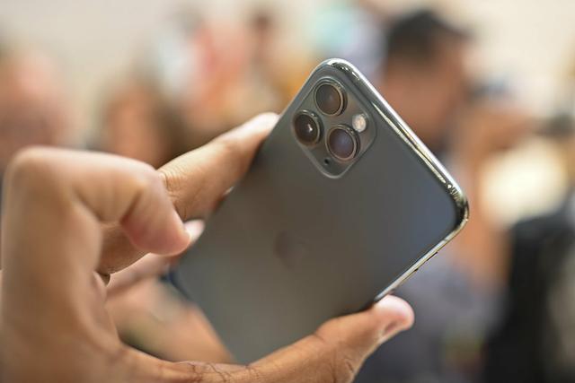 Đắt hơn 3 triệu đồng, iPhone 11 Pro Max chính hãng vẫn bán chạy - 2