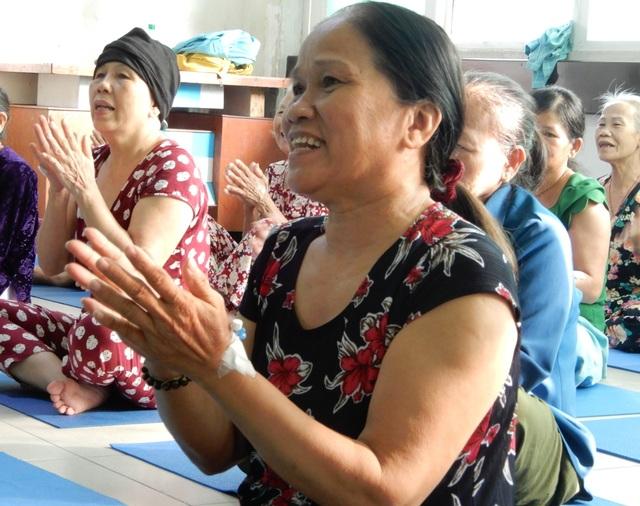 Lớp học yoga đặc biệt trước sảnh khoa ung bướu - 6