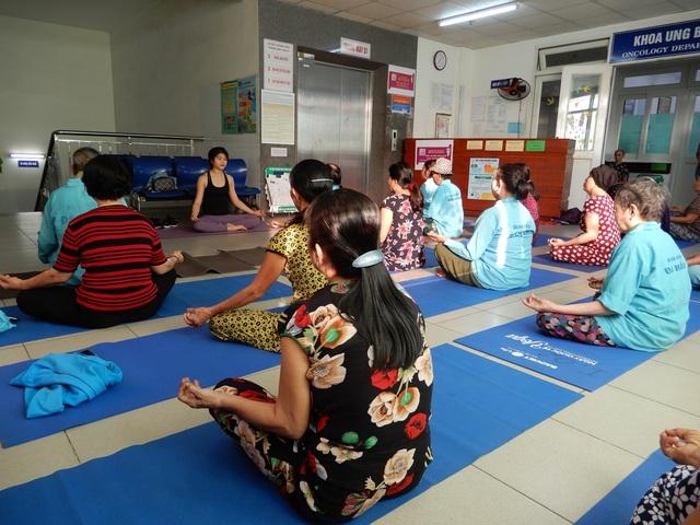 Lớp học yoga đặc biệt trước sảnh khoa ung bướu - 4