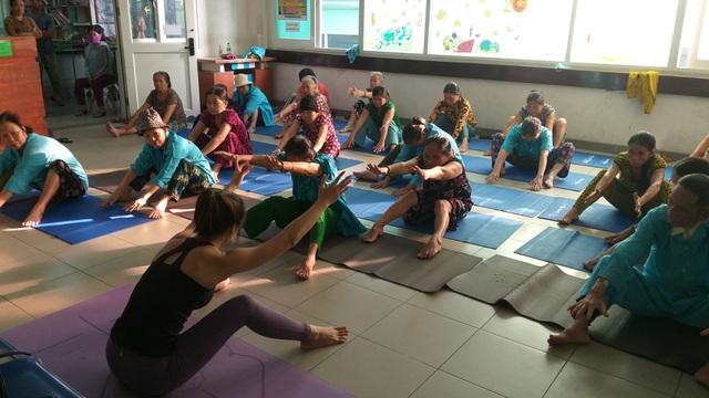 Lớp học yoga đặc biệt trước sảnh khoa ung bướu - 1