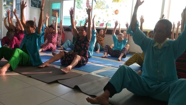 Lớp học yoga đặc biệt trước sảnh khoa ung bướu - 3