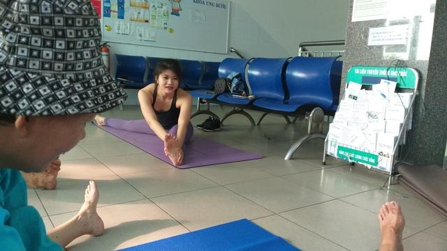 Lớp học yoga đặc biệt trước sảnh khoa ung bướu - 2