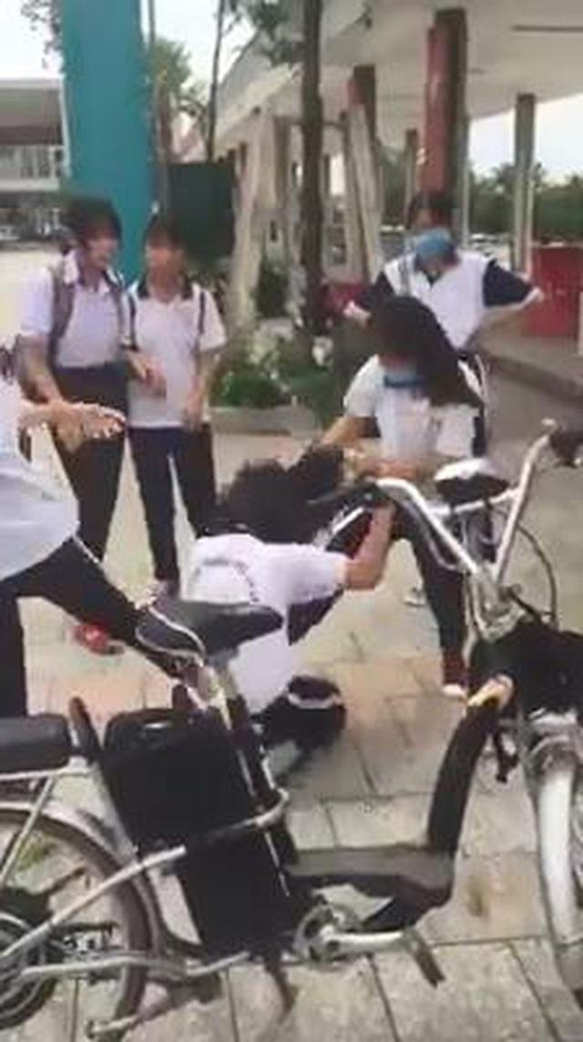 Nữ sinh đánh nhau, tung clip lên mạng: Bộ Giáo dục yêu cầu xử lý nghiêm - 1