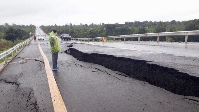 """Xác định """"thủ phạm"""" khiến đường 250 tỷ đồng vừa làm xong nứt toác như động đất - 2"""