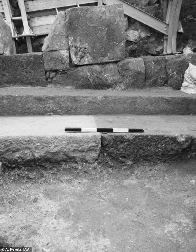 Phát hiện con đường cổ lát đá 2000 năm tuổi - 1
