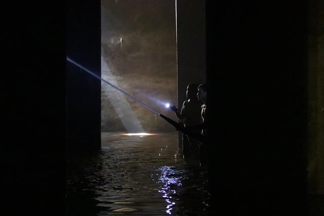 Cảnh công nhân cọ rửa bể nước ngầm hơn 1.000 m3 ở Hà Nội - 6