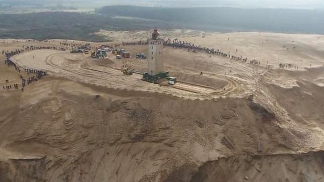 Đan Mạch chi 750.000 USD bê ngọn hải đăng khỏi bờ biển sụt lún - 1