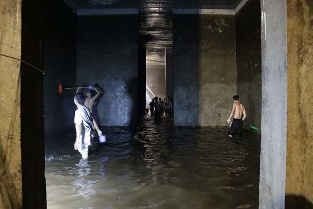 Cảnh công nhân cọ rửa bể nước ngầm hơn 1.000 m3 ở Hà Nội - 5
