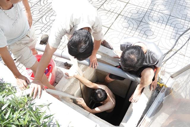 Cảnh công nhân cọ rửa bể nước ngầm hơn 1.000 m3 ở Hà Nội - 2