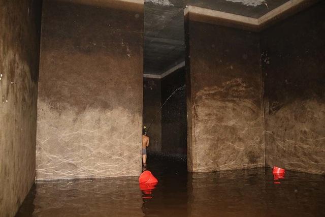 Cảnh công nhân cọ rửa bể nước ngầm hơn 1.000 m3 ở Hà Nội - 4