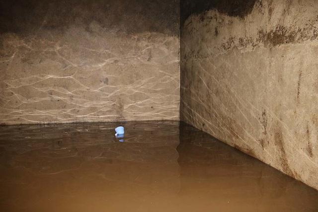 Cảnh công nhân cọ rửa bể nước ngầm hơn 1.000 m3 ở Hà Nội - 15