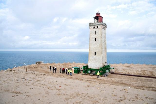 Đan Mạch chi 750.000 USD bê ngọn hải đăng khỏi bờ biển sụt lún - 5