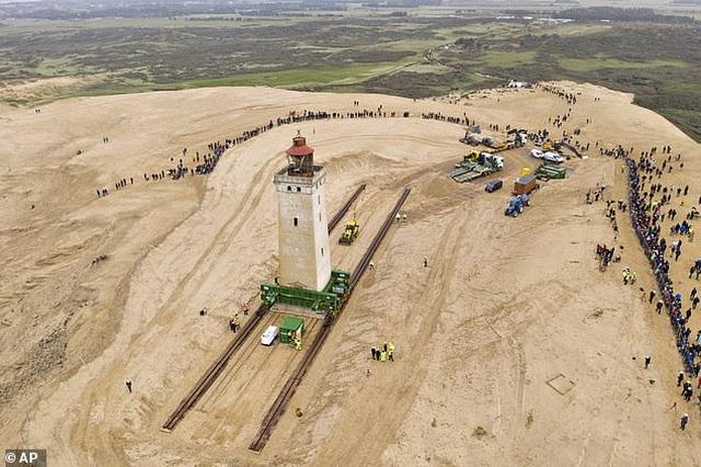 Đan Mạch chi 750.000 USD bê ngọn hải đăng khỏi bờ biển sụt lún - 4