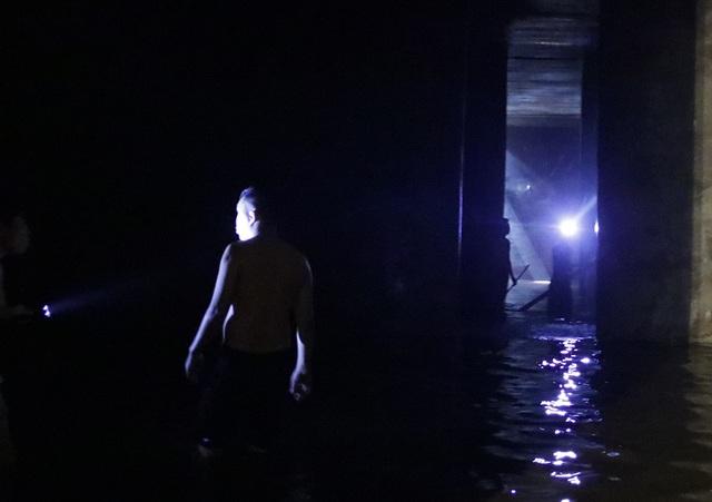 Cảnh công nhân cọ rửa bể nước ngầm hơn 1.000 m3 ở Hà Nội - 8