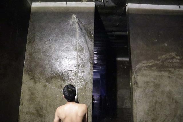 Cảnh công nhân cọ rửa bể nước ngầm hơn 1.000 m3 ở Hà Nội - 12