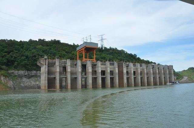 Hồ thủy điện Hòa Bình: Mức nước thấp hơn 10 m so với cùng kỳ, vẫn đảm bảo cấp nước cho hạ du - 1