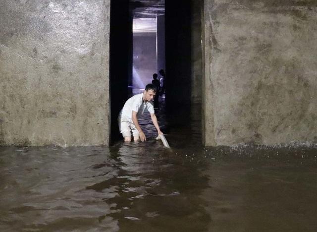 Cảnh công nhân cọ rửa bể nước ngầm hơn 1.000 m3 ở Hà Nội - 9