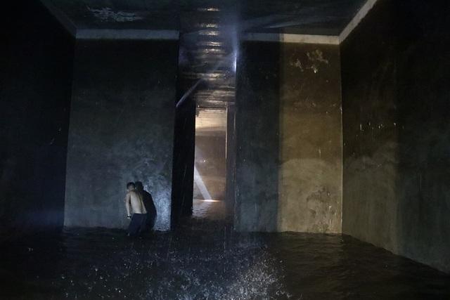 Cảnh công nhân cọ rửa bể nước ngầm hơn 1.000 m3 ở Hà Nội - 11