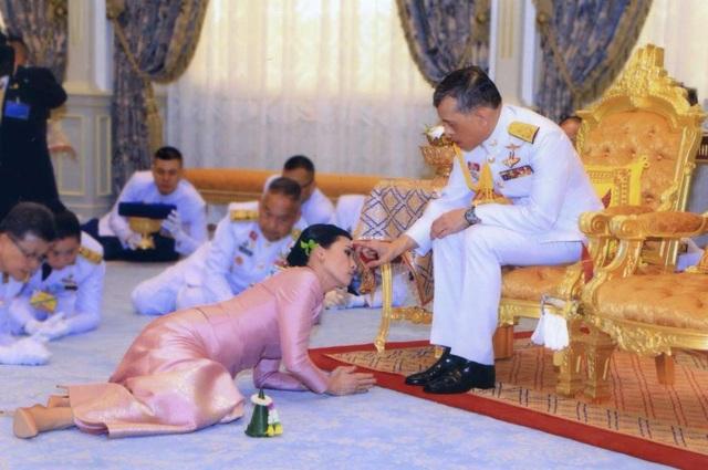 Những cuộc hôn nhân của Quốc vương Thái Lan - 4