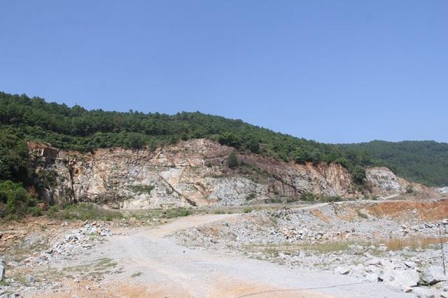 Núi Hồng huyền thoại chi chít những vết sẹo khổng lồ - 4