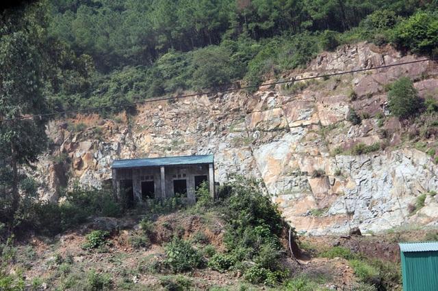 Núi Hồng huyền thoại chi chít những vết sẹo khổng lồ - 8