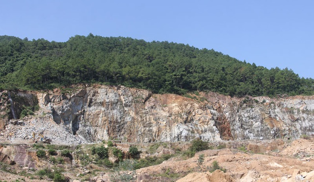 Núi Hồng huyền thoại chi chít những vết sẹo khổng lồ - 11
