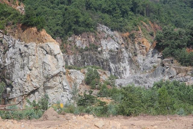 Núi Hồng huyền thoại chi chít những vết sẹo khổng lồ - 3