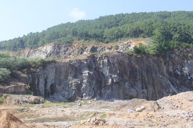 Núi Hồng huyền thoại chi chít những vết sẹo khổng lồ - 2