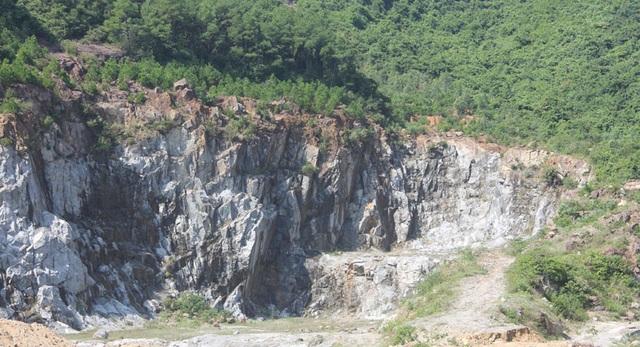 Núi Hồng huyền thoại chi chít những vết sẹo khổng lồ - 5