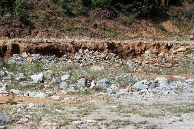 Núi Hồng huyền thoại chi chít những vết sẹo khổng lồ - 7