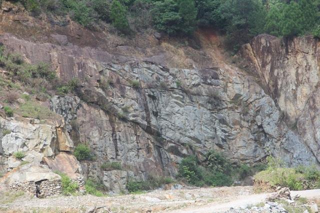 Núi Hồng huyền thoại chi chít những vết sẹo khổng lồ - 6