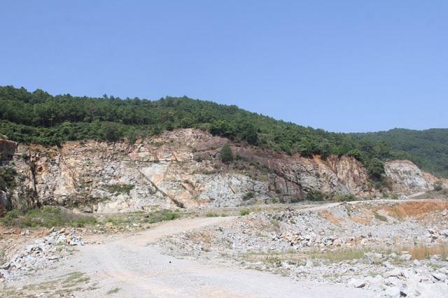 Núi Hồng huyền thoại chi chít những vết sẹo khổng lồ - 1