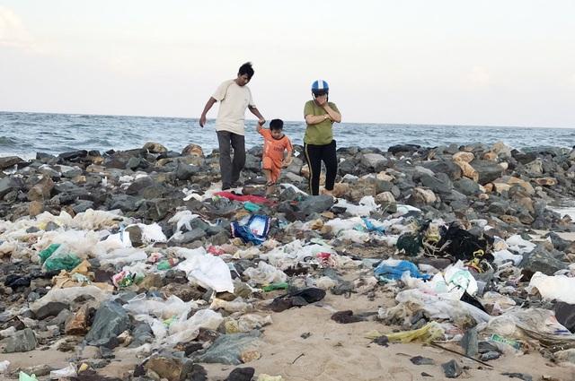 Phú Yên: Bãi biển TP. Tuy Hòa ngập rác sau mưa - 1