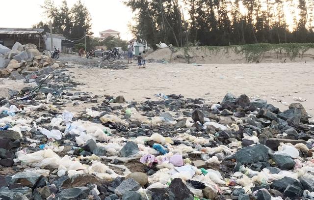 Phú Yên: Bãi biển TP. Tuy Hòa ngập rác sau mưa - 2