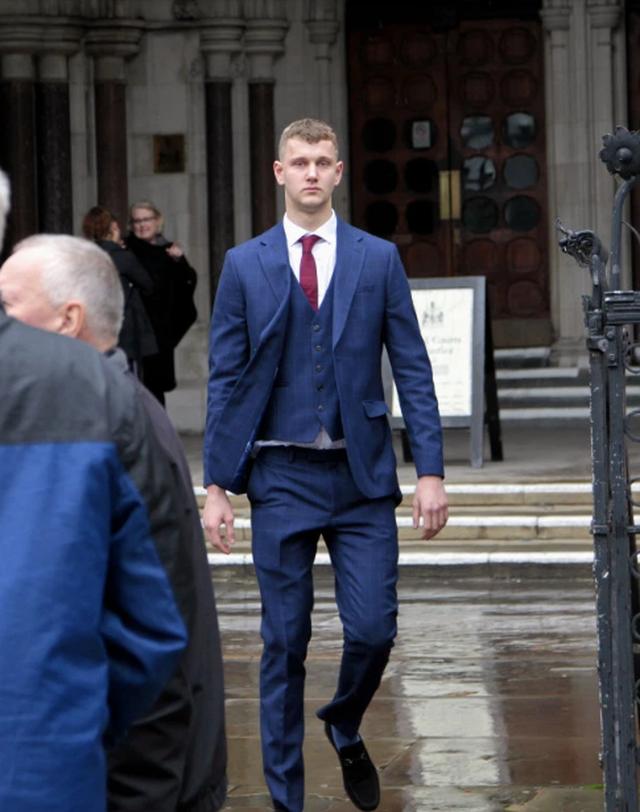"""Tay không chinh phục tòa nhà cao nhất nước Anh, """"người nhện"""" bị phạt tù 6 tháng - 4"""