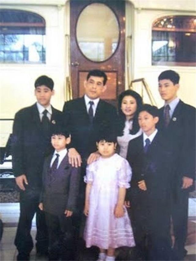 Những cuộc hôn nhân của Quốc vương Thái Lan - 2