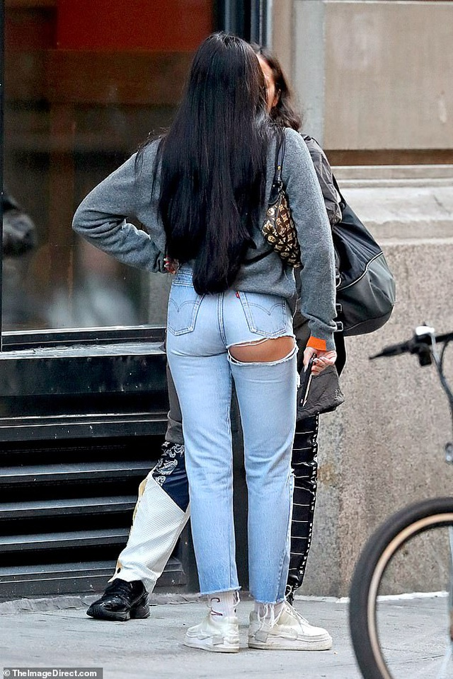 Con gái Madonna mặc quần rách hiểm ra phố - 1