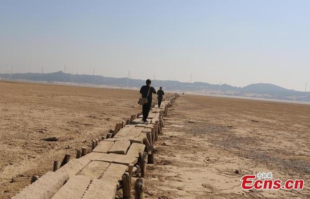 Cầu đá 400 năm tuổi đột ngột lộ diện khi nước hồ hạ thấp - 2