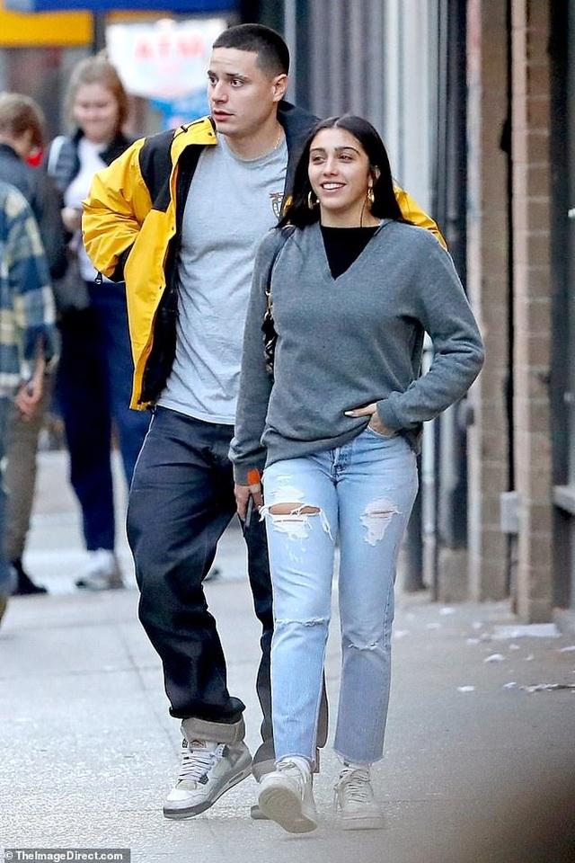 Con gái Madonna mặc quần rách hiểm ra phố - 2