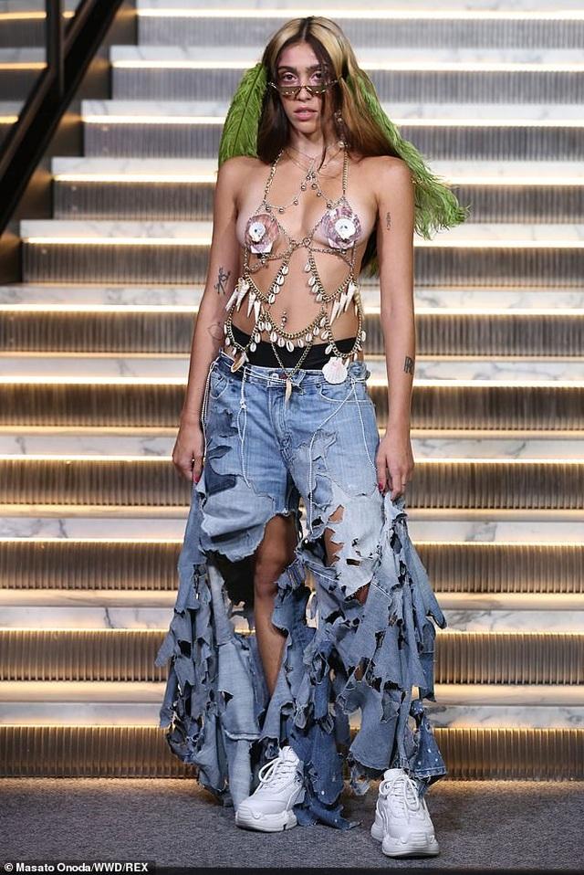 Con gái Madonna mặc quần rách hiểm ra phố - 3
