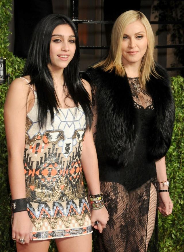 Con gái Madonna mặc quần rách hiểm ra phố - 7