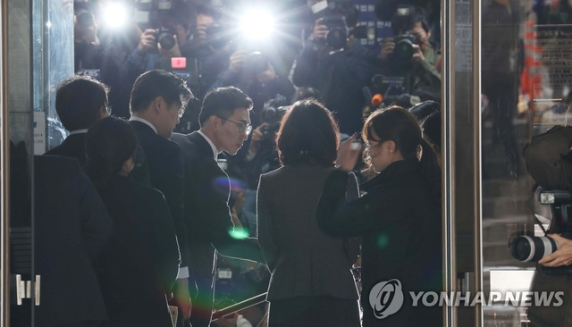 Vợ cựu Bộ trưởng Tư pháp Hàn Quốc bị bắt sau 1 tuần chồng mất chức - 1