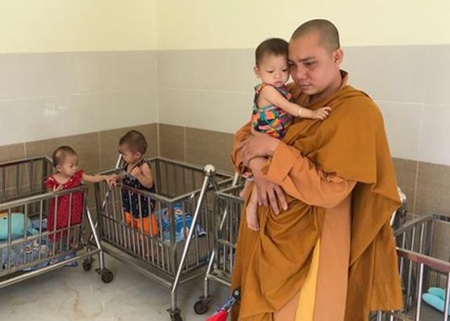 200 đứa trẻ họ Hồ lớn lên trong vòng tay của thầy trụ trì chùa Hồng Quang - 10