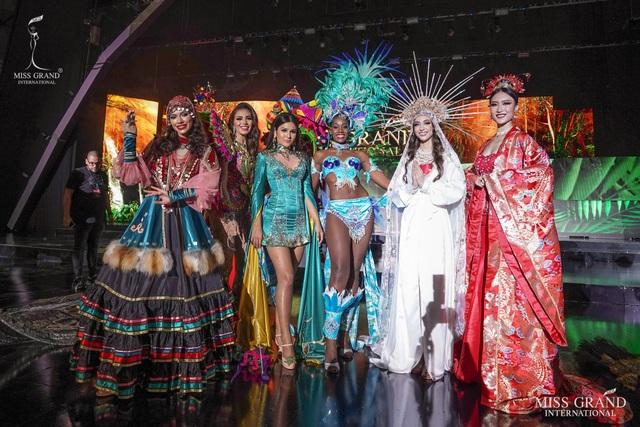 Việt Nam lọt top 20 bộ trang phục dân tộc đẹp nhất Hoa hậu hoà bình quốc tế 2019 - 5