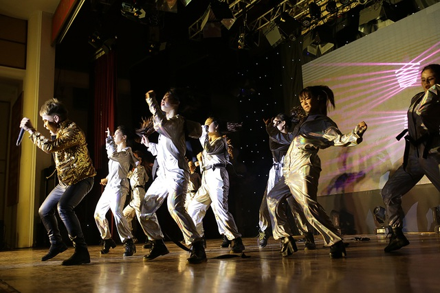 """Sinh viên Báo chí hóa """"cụ già hiphop"""" trong ngày hội chào khóa mới - 10"""