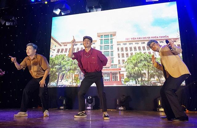 """Sinh viên Báo chí hóa """"cụ già hiphop"""" trong ngày hội chào khóa mới - 2"""