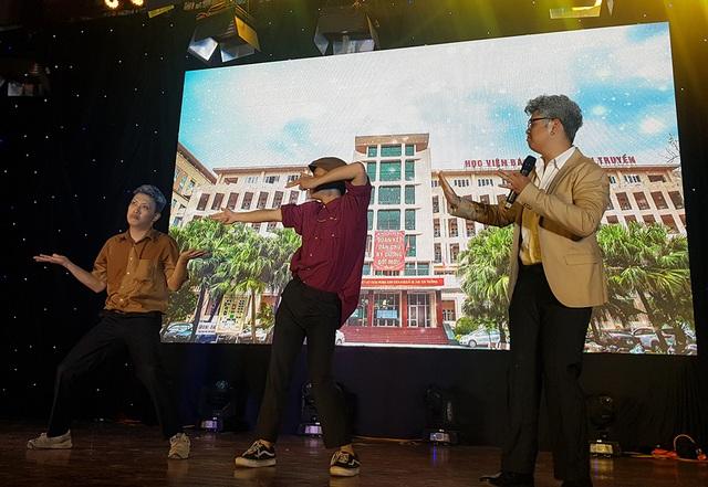 """Sinh viên Báo chí hóa """"cụ già hiphop"""" trong ngày hội chào khóa mới - 3"""